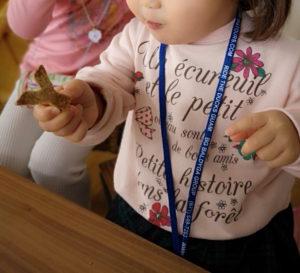 子供がクッキーを食べる写真