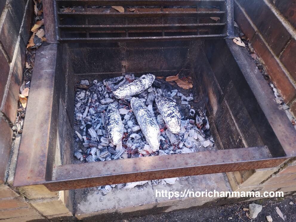 炭火にのせたサツマイモ