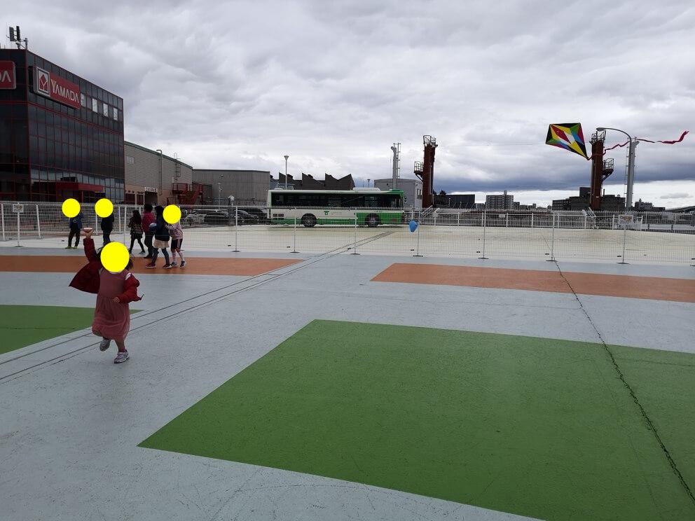 凧あげする長女の写真